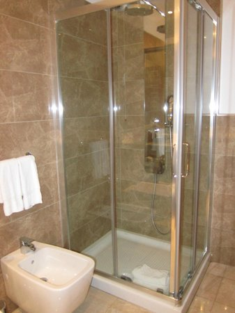 Doubletree by Hilton Olbia: Bathroom of Queen balcony room