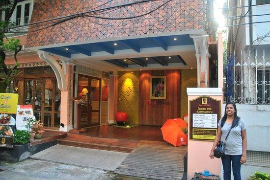 Salil Hotel Sukhumvit Soi 8: Hotel entrance