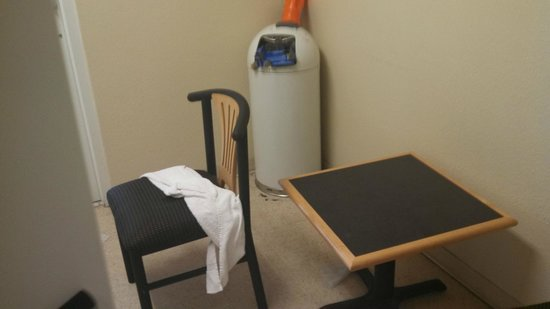 Red Roof Inn & Suites Corpus Christi: Laundry room never cleaned over 4 days.
