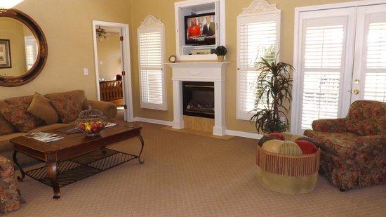 Fairfield Plantation: Living room