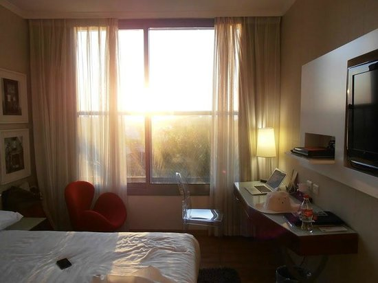 Melody Hotel   Tel Aviv - an Atlas Boutique Hotel: Room in the morning