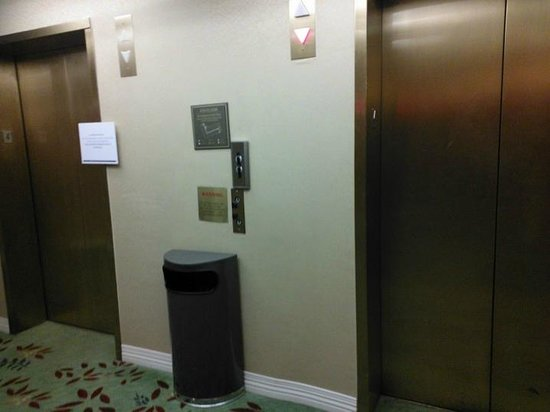 Hilton Washington DC / Rockville Executive Meeting Center : 14 only one elevator functional