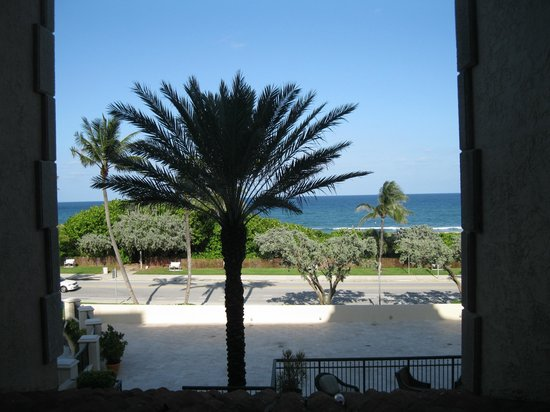 Delray Beach Marriott: View above the 4 foot barrier and roof
