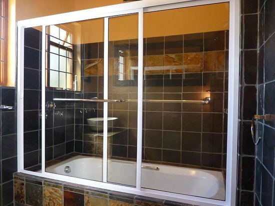 Bantry Bay Guesthouse: bathroom shared between 1 single and 1 double room