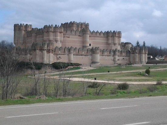 Castillo de Coca: El castillo visto desde la carretera