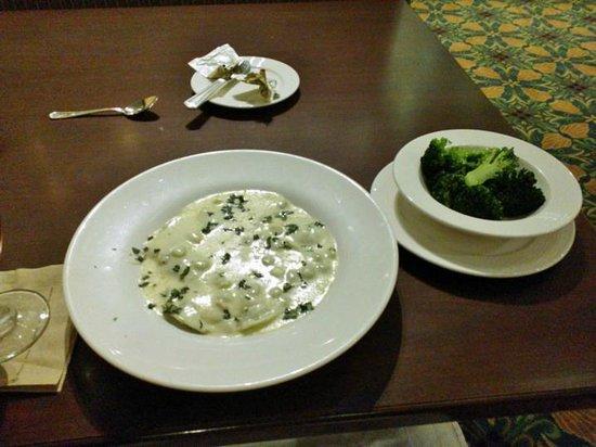 Hilton Washington DC / Rockville Executive Meeting Center : Good Ravioli and broccoli + ice tea but very expensive $42