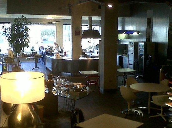 Gastronomia & Design : dall'interno verso l'ingresso con la cucina a vista