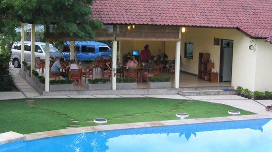 Ocean Sun Dive Resort Tulamben: Blick vom Pool auf das Restaurant