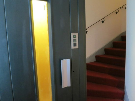 Hotel Le Versailles : Elevator and staircase