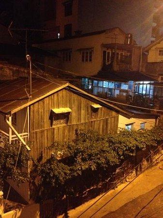 TTC Hotel Premium - Ngoc Lan: バルコニーに出ると民家でしたが…