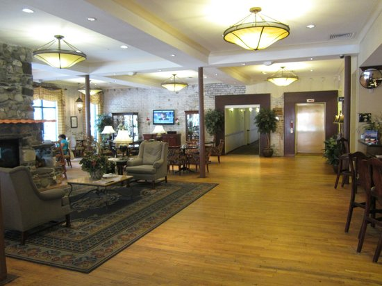 Staybridge Suites Savannah Historic District: Reception area & breakfast room