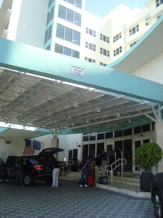 Four Points by Sheraton Miami Beach: Ingreso al hotel, Vallet Parking