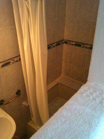 """Court'Inn Suites : La """"cloison"""" entre la salle de bain et la cuisine"""