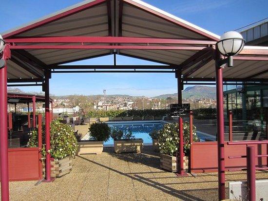 Millau Hotel Club: MHC vu de l'entrée avec la piscine