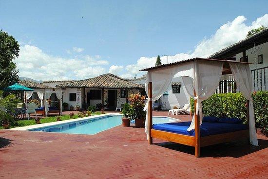 Hacienda- Hosteria Chorlavi: Piscina Temperada con paneles solares