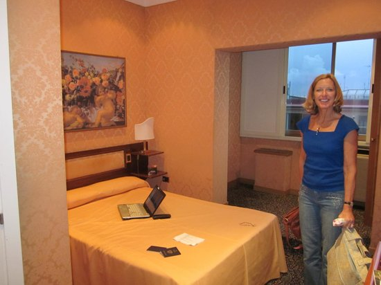 Marcella Royal Hotel: nice size room with a view.