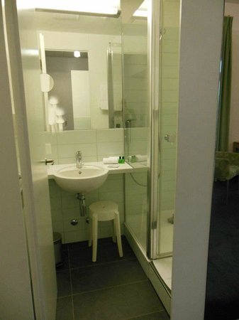 Grand Hotel Europe: Shower and sink on the other side