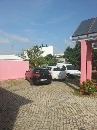 Casa Viana Guesthouse : parking -21.04.2013