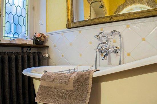 Le Petit Tertre : salle de bains de l'appartement roman