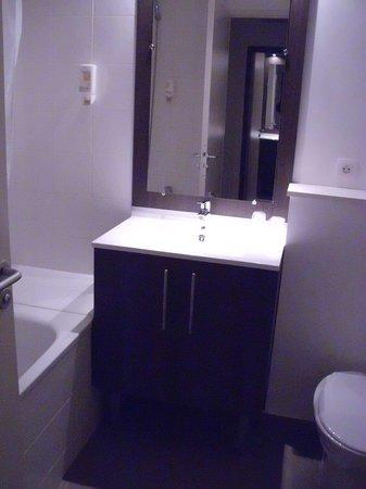Adagio Access Paris Asnières: La salle de bain