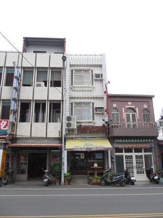 The Surf Shack Hostel : Hostel seen from outside avenue
