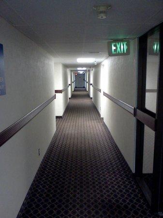 Days Hotel Boulder: Clean halls