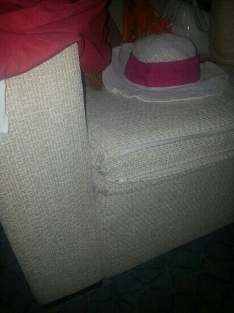 Hotel Dion Palace Resort: the sofa is dirty and old