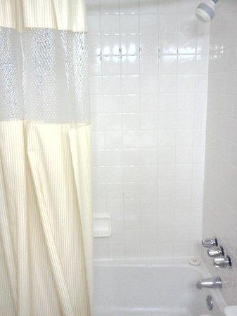 Days Hotel Boulder: Nice bathroom with tub