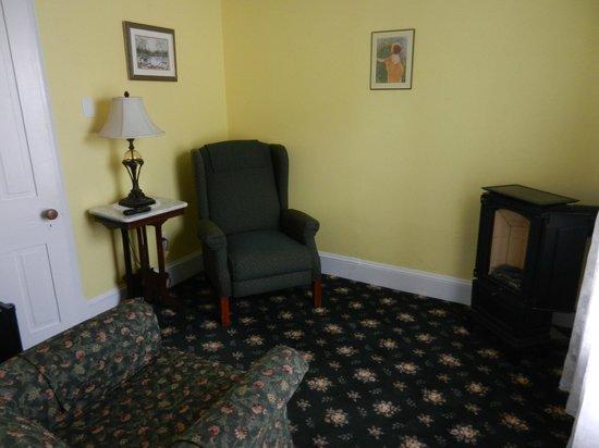 Albert Stevens Inn: Golden Bud Sitting Room