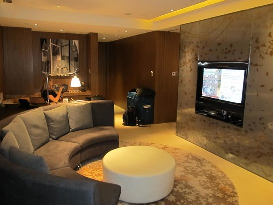 Hotel ICON: Club Suite 65 lounge area