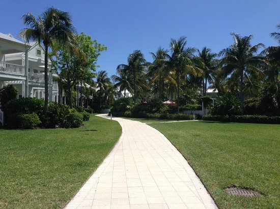 Tranquility Bay Beach House Resort: Path between the sandy area walking toward the pool and Butterfly Cafe