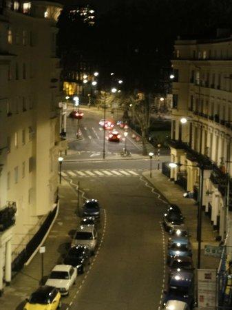 Royal Court Apartments: vista desde la habitacion de noche, super tranquilo y seguro