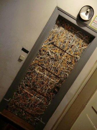 Artbeat Rooms: Porte d'entrée au 3e étage