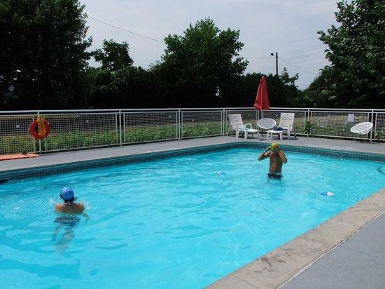 Rodeway Inn Fallsview: piscina