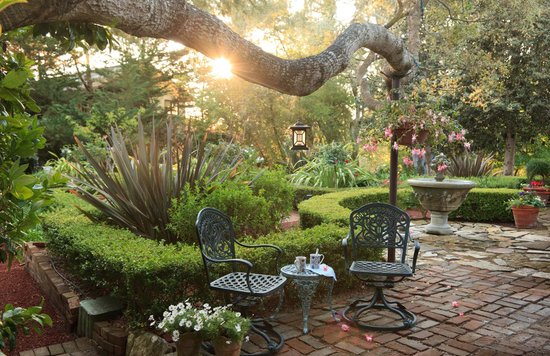 Old Monterey Inn: Romantic English gardens