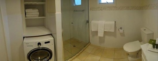 Adelaide Shores Resort : bathroom, laundry