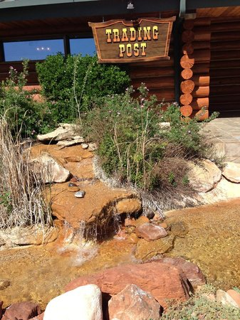 ماجستك فيو لودج: Entrance to the lobby with a great water feature.