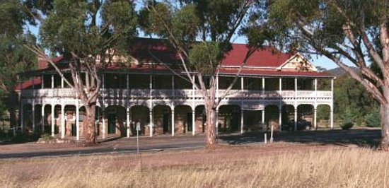 The Shirley Hotel Bed & Breakfast: The historic Bethungra Hotel, The Shirley, as viewed from across the street.