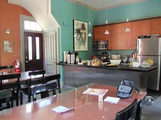Taylor House Bed and Breakfast : cucina e sala colazione