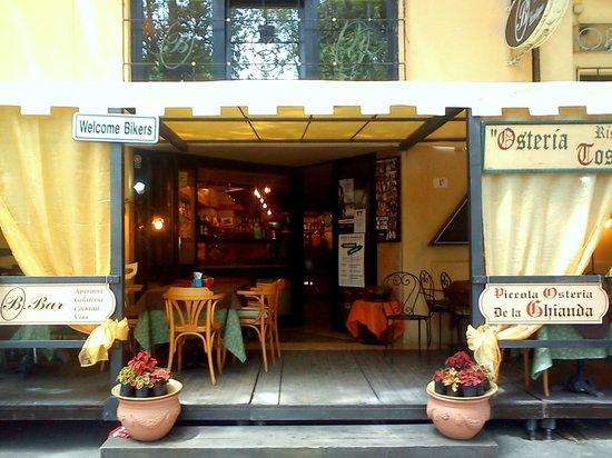 Osteria La Ghianda : l'ingresso estivo
