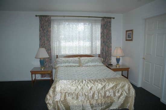 Burney Motel : Queen Bed in a Suite