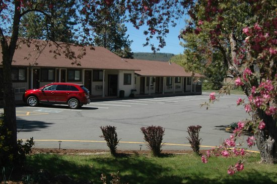 Burney Motel : Hotel and Parking Lot