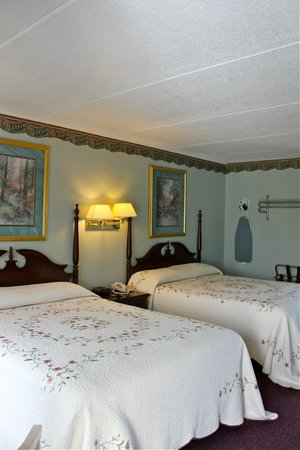 RiverGate Mountain Lodge: Room 105 2 Queen beds w/ Private Balcony