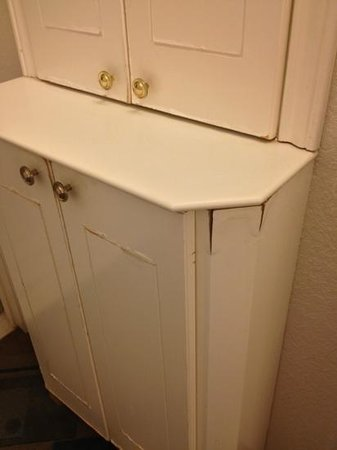 La Quinta Inn & Suites Ft. Lauderdale Plantation: water damaged cabinet