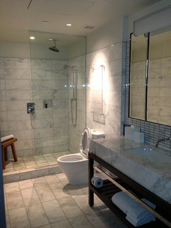 Kimpton Hotel Eventi: beautiful bathroom