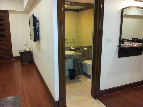 The Paul Bangalore: Extra 3rd washroom off the lounge area.