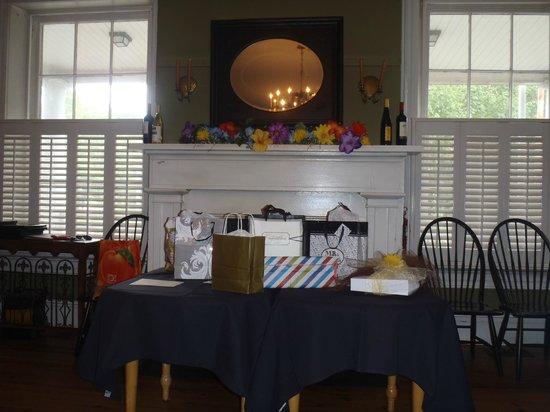 Lafayette Inn & Restaurant : Fireplace, Mirror, Gift Table