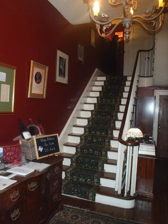 Lafayette Inn & Restaurant: Stairs to  rooms
