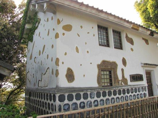 Tabaruzaka Park: 弾痕の家(復元)
