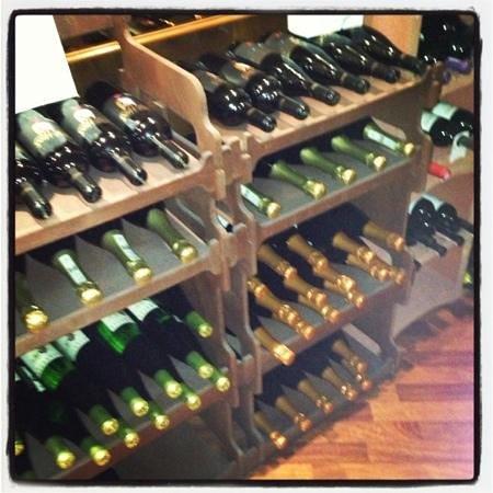 Osteria La Contrada: винный стеллаж